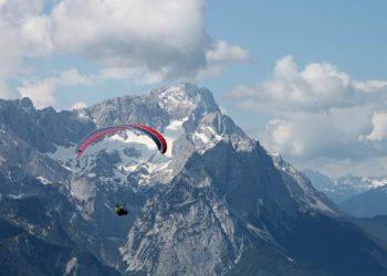 paraglider-2378548_1280-570x400